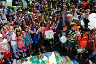Über 800 Kinder malten das größte Waldbild der Steiermark © Harry Schiffer